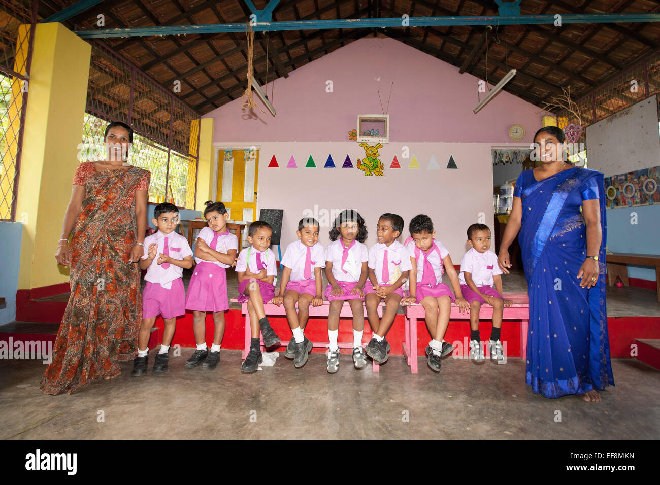 SRI LANKAN PRIMARY SCHOOL CLASS AND TEACHERS IN LOCAL SCHOOL - Stock Image