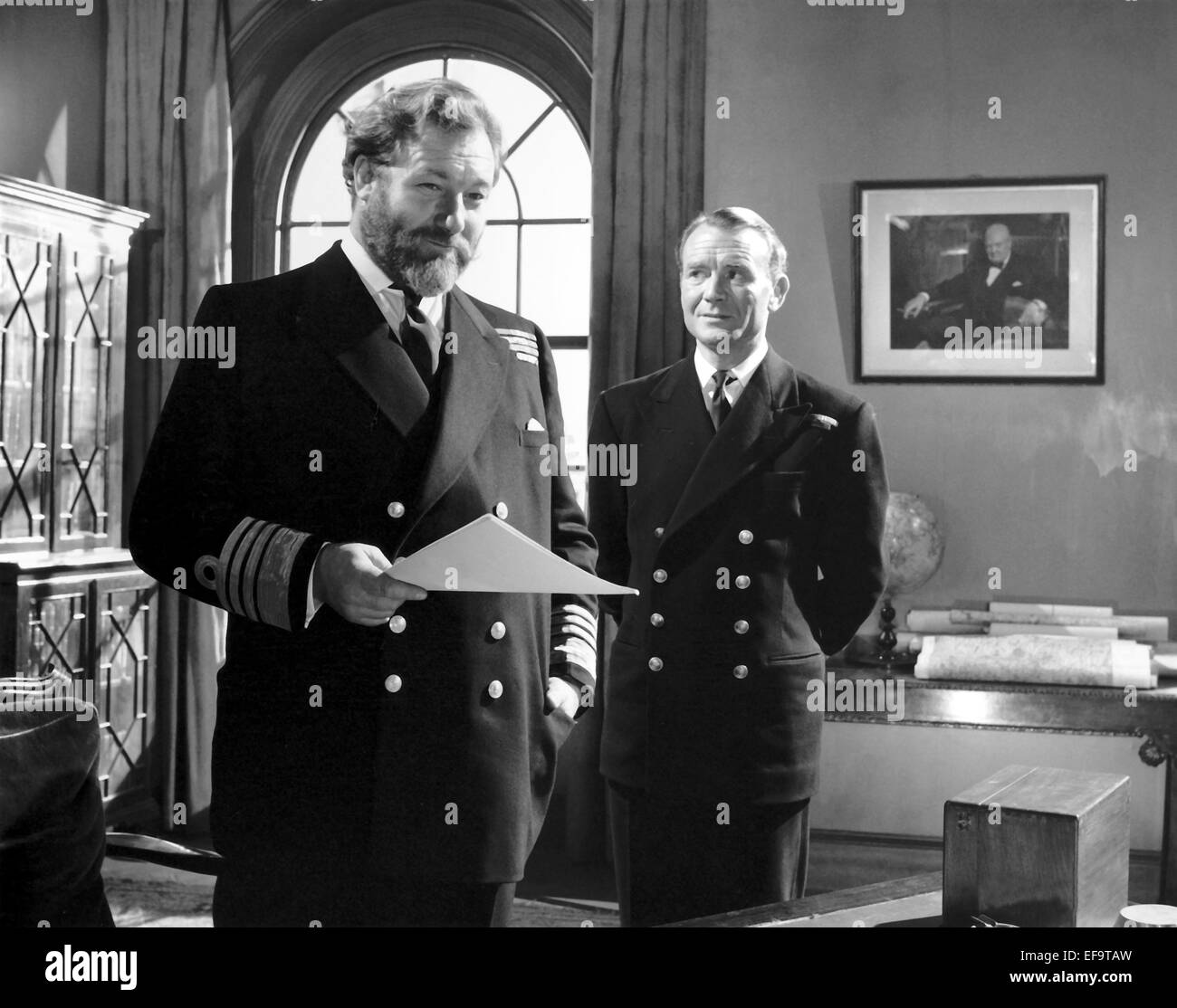 JAMES ROBERTSON JUSTICE, JOHN MILLS, ABOVE US THE WAVES, 1955 - Stock Image