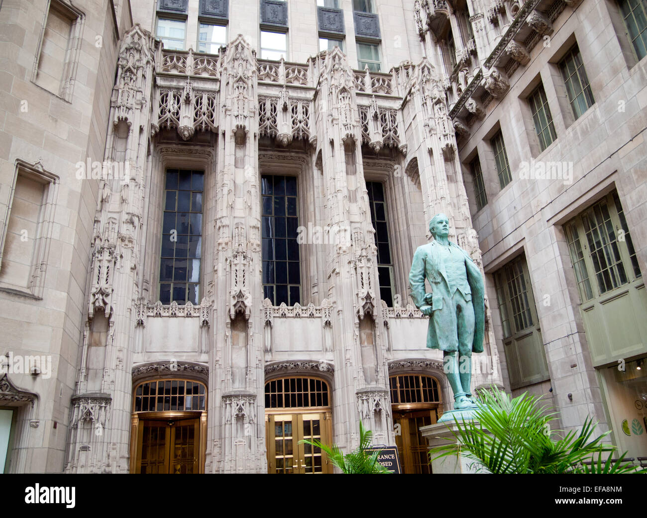 A view of a statue of Nathan Hale (by Bela Lyon Pratt) in front of the entrance of the Chicago Tribune Tower. - Stock Image