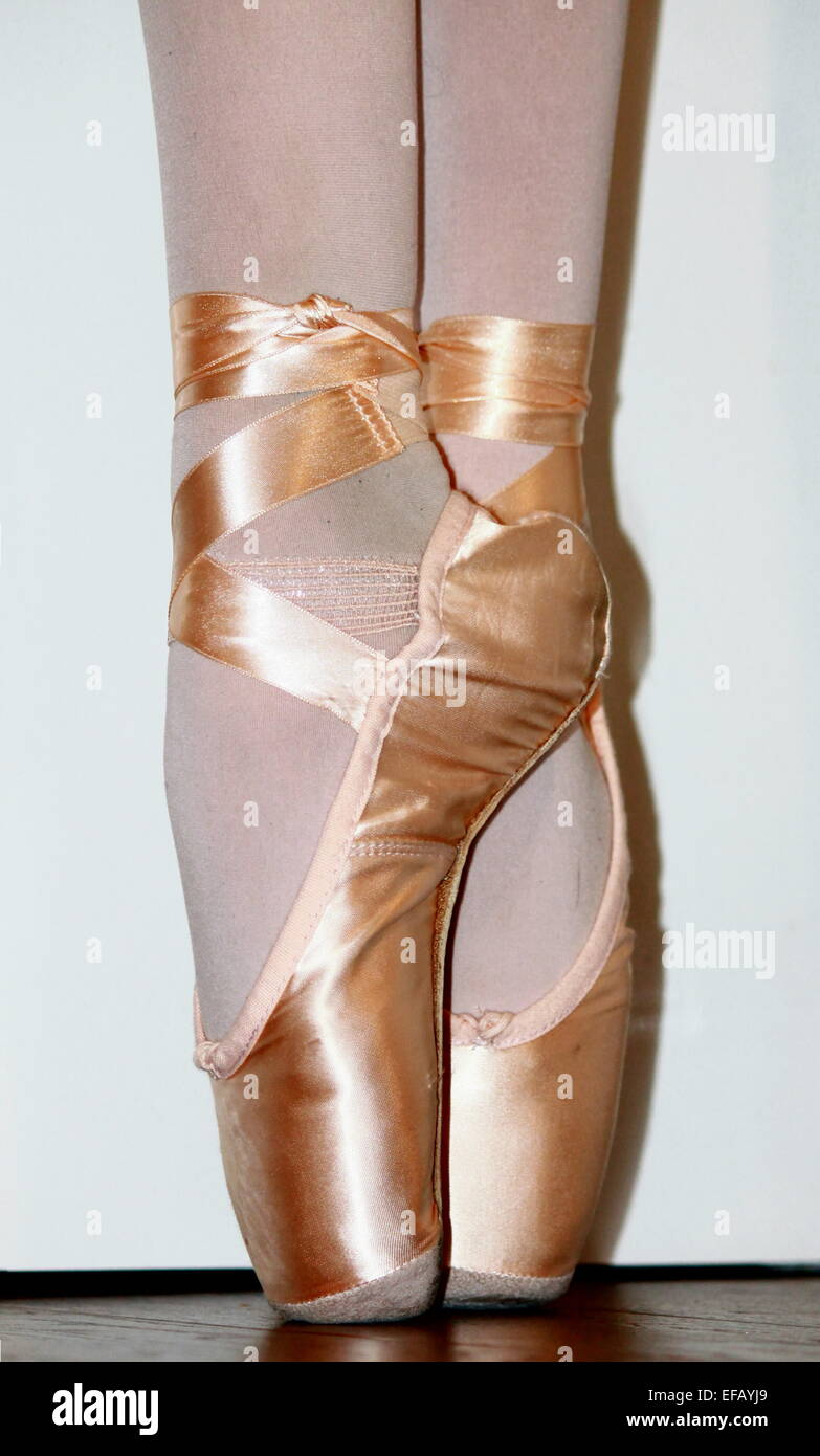 A Close Up Of A Ballet Dancer S Feet En Pointe Stock Photo Alamy