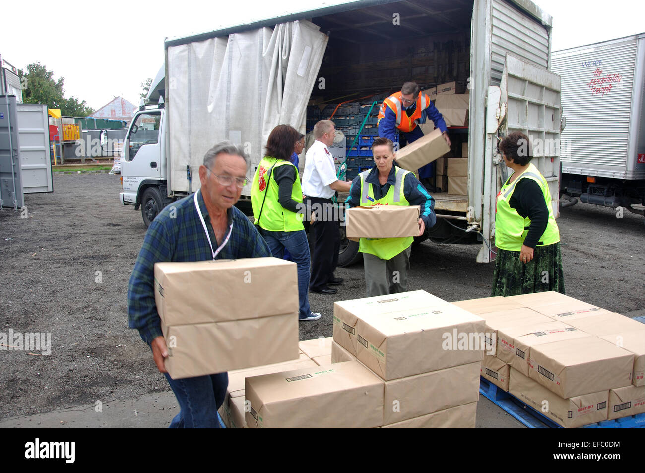 Volunteers unload food for victims of the 6.4 earthquake in Christchurch, South Island, New Zealand, 22-2-2011 - Stock Image