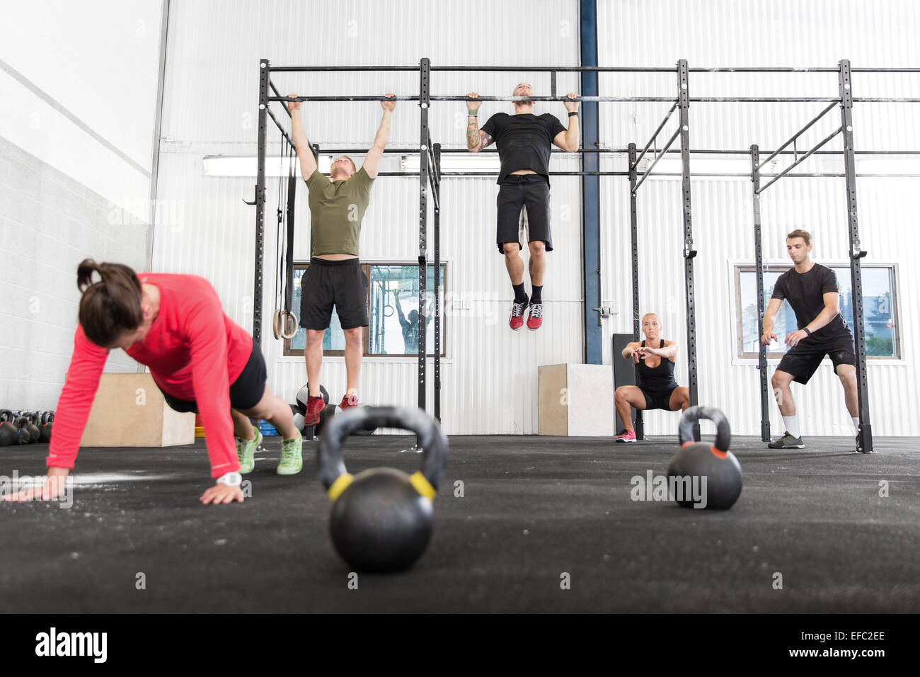 Crossfit group trains different exercises - Stock Image