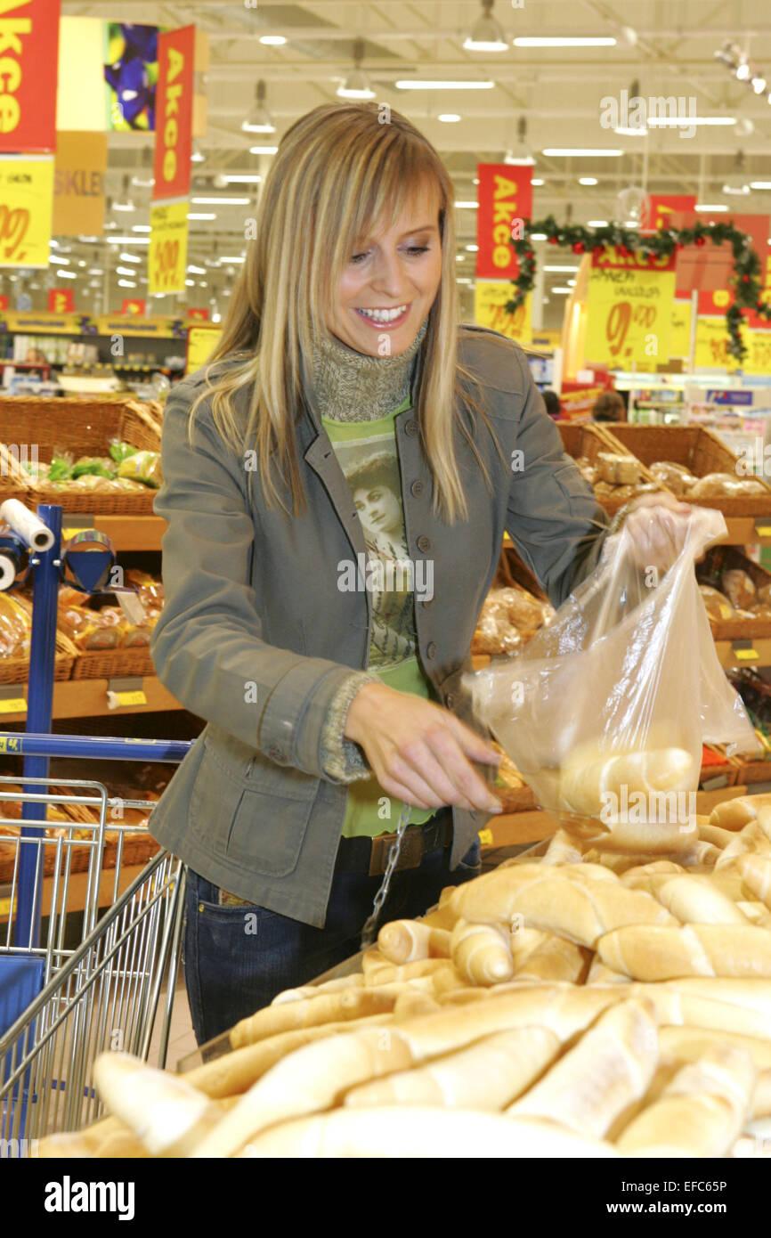 Frau, Einkaufsbummel, einkaufen, Einkauf, Shopping, shoppen, Kaufhaus, Supermarkt, Lebensmittel, Brot, Essen, Freizeit, - Stock Image