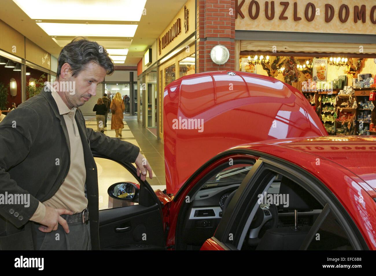 Mann, Auto, Neuwagen, kaufen, ansehen, pruefen, Interesse, Gebrauchtwagen, Autokauf, Freizeit, ueberlegen, vergleichen, - Stock Image