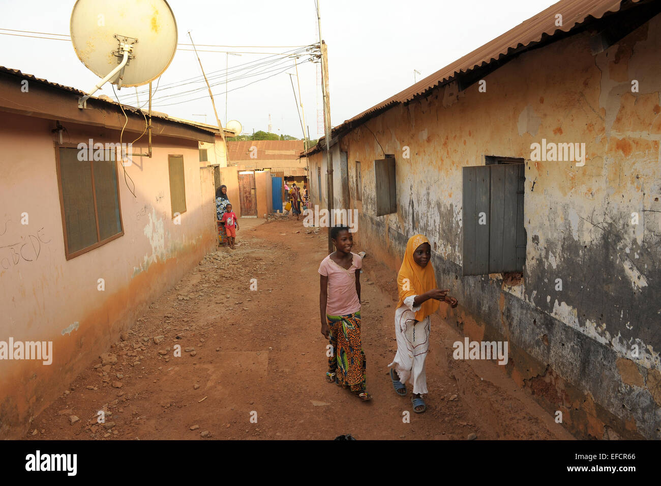 Girls walking through an alleyway in Accra, Ghana, West Africa. - Stock Image