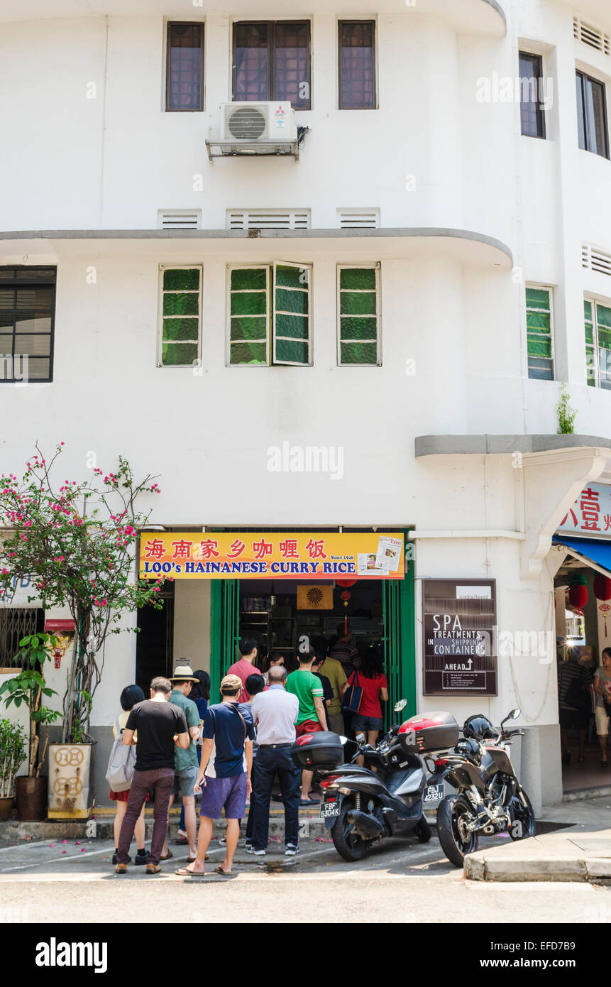 Line of hungry Singaporeans outside historic Loo's Hainanese Curry Rice,  71 Seng Poh Road, Tiong Bahru Estate, Singapore Stock Photo