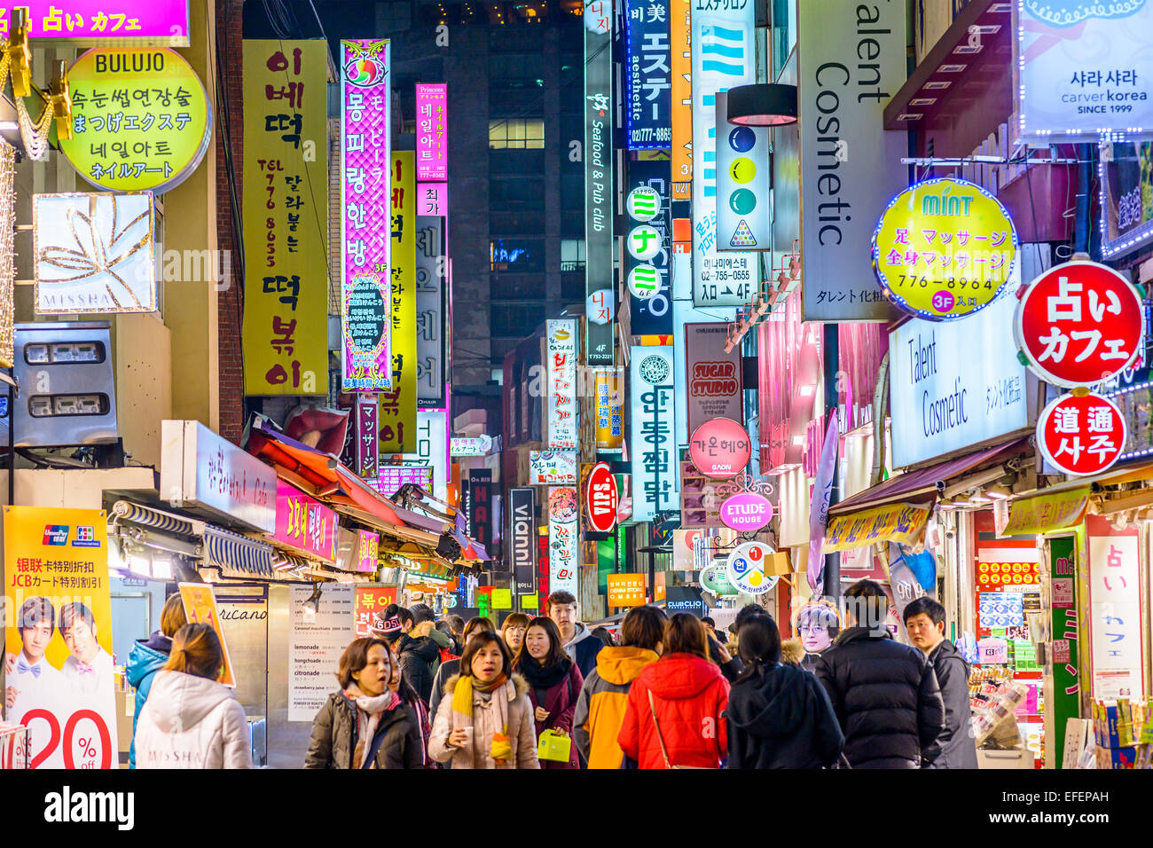 Crowds enjoy the Myeong-Dong district nightlife in Seoul. - Stock Image