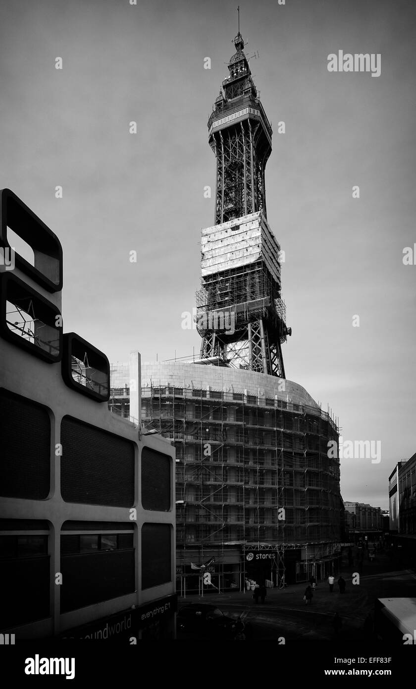 Blackpool tower construction scaffolding. credit: LEE RAMSDEN / ALAMY - Stock Image