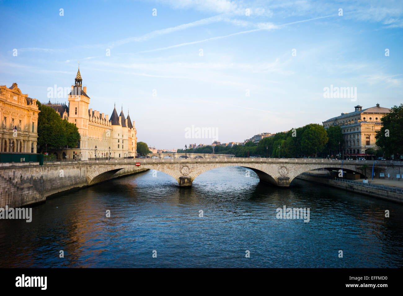 River Seine, Concergerie and Pont au Change in early morning light. Paris, France - Stock Image