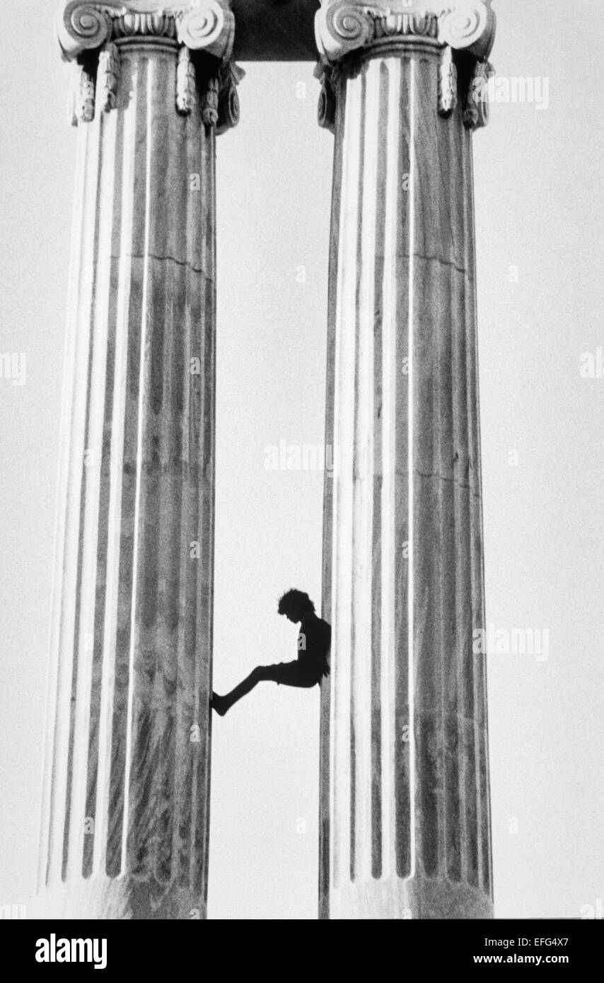 Child playing between the columns of a monument in Havana. Cuba - Stock Image
