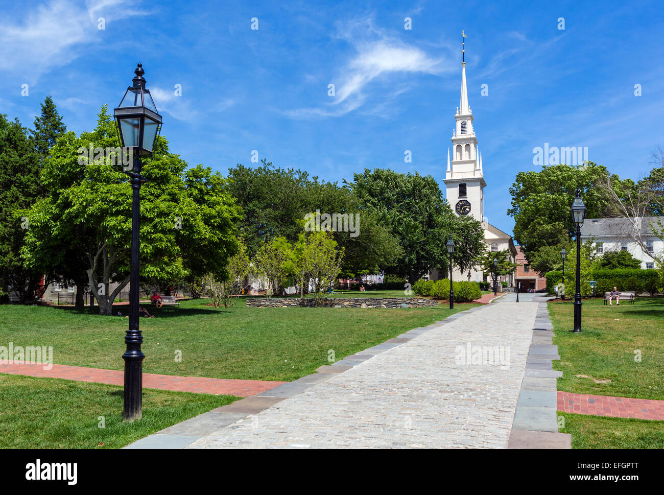The early 18thC Trinity Church from Trinity Park, Queen Ann Square, Newport, Rhode Island, USA - Stock Image