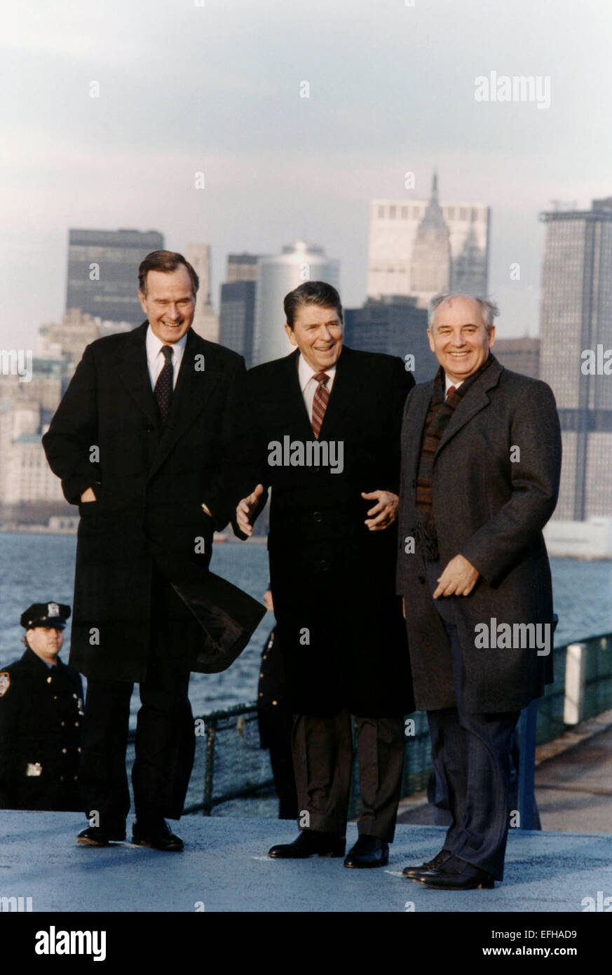 US President Ronald Reagan with Soviet General Secretary Mikhail Gorbachev and Vice President George Bush pose with - Stock Image