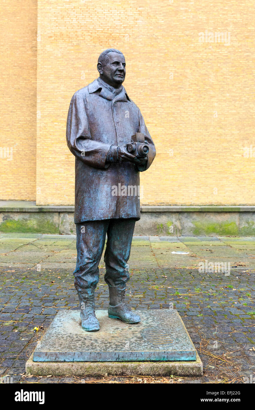 Statue of swedish inventor and photographer Victor Hasselblad with medium format camera in hands at Götaplatsen, - Stock Image