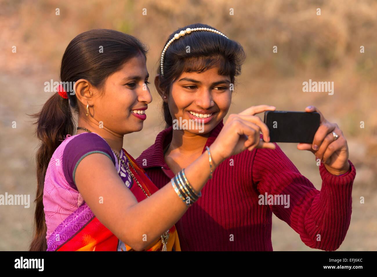 India, Uttar Pradesh, Agra, two sisters taking selfie - Stock Image