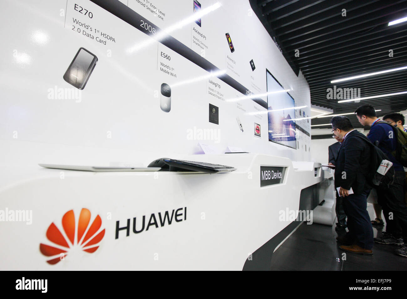 (150205) -- BENGALURU, Feb. 5, 2015 (Xinhua) -- Visitors watch the products of Huawei at Huawei's new research and Stock Photo
