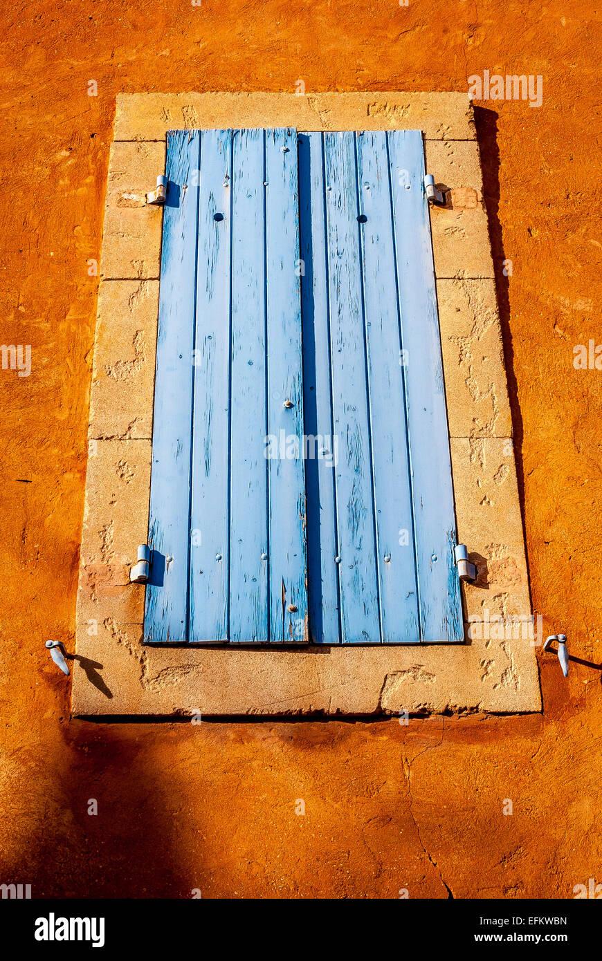 Couleur Volet En Provence volet et couleur ocre du village de roussillons vaucluse en