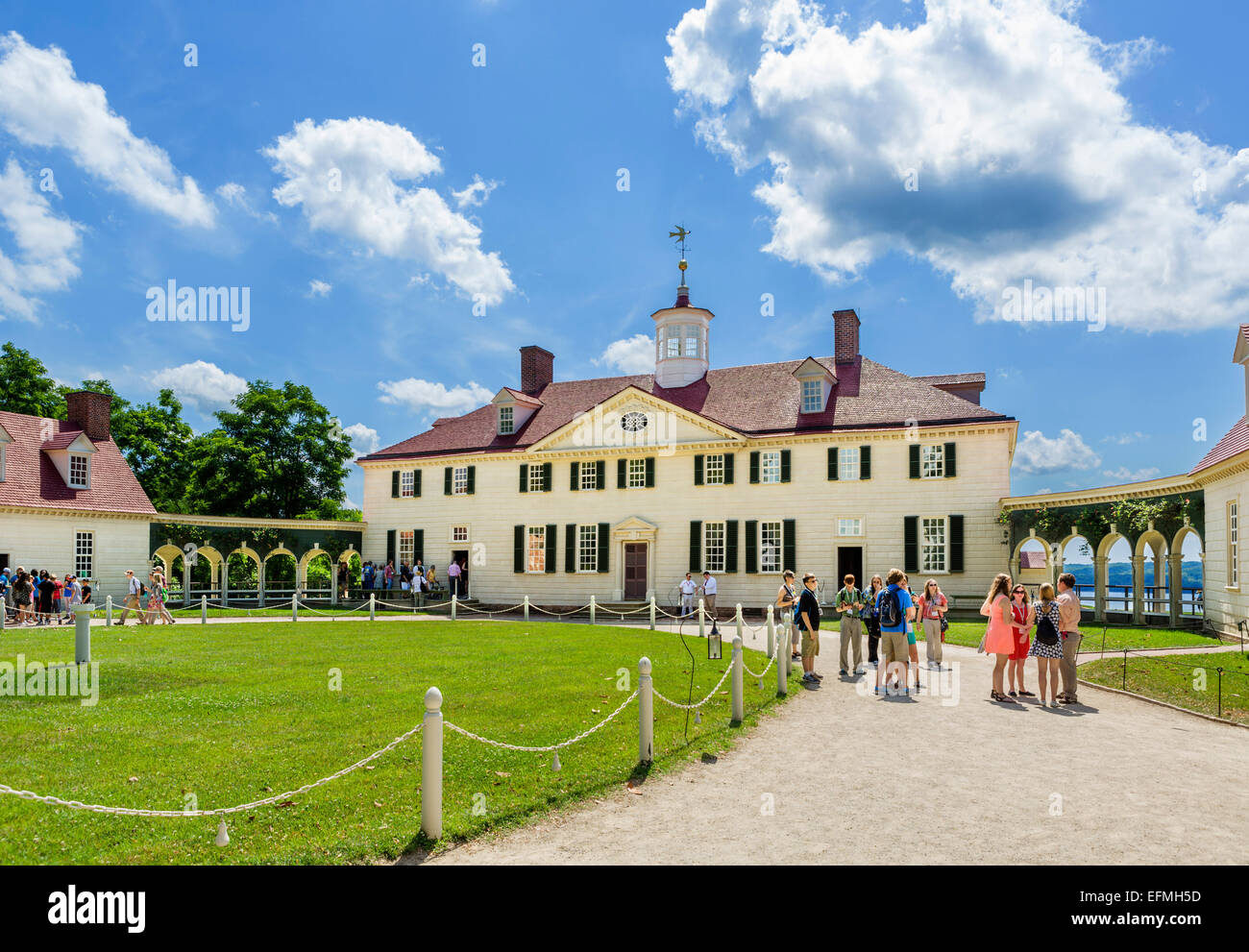 Visitors outside the front of President George Washington's plantation mansion at Mount Vernon, Fairfax County, - Stock Image