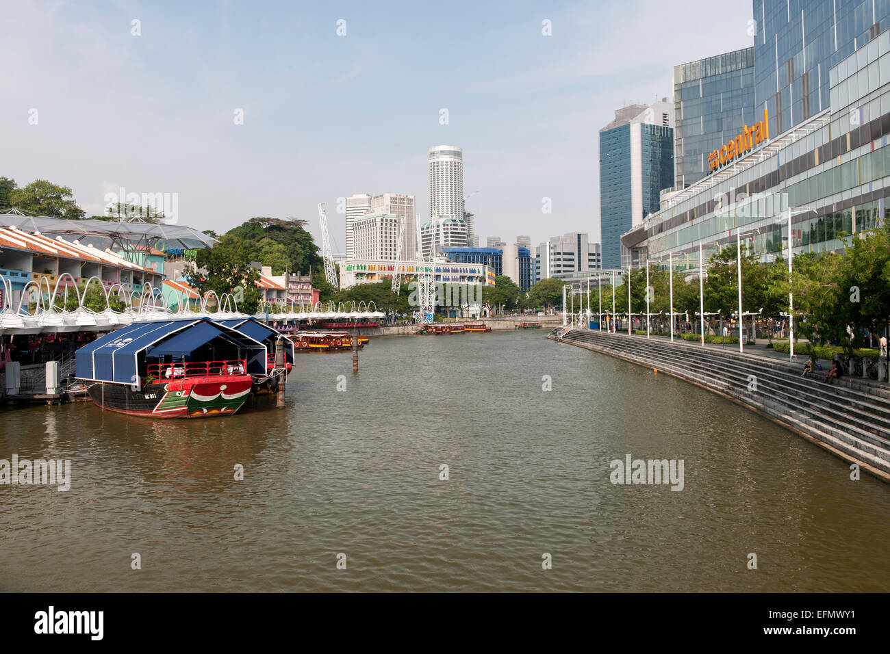 Boats on the Singapore river at Clarke Quay in Singapore. - Stock Image