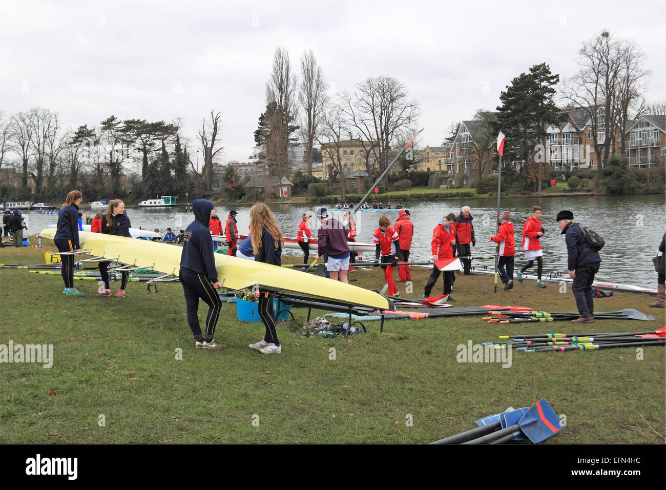 Emanuel School (nearest) and Kingston Rowing Club (red) W.J18A.4x- prepare to launch. Hampton Head (Junior 4s and - Stock Image