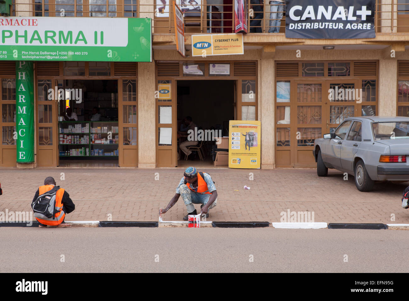 Painting the curbs of Kigali, Rwanda - Stock Image