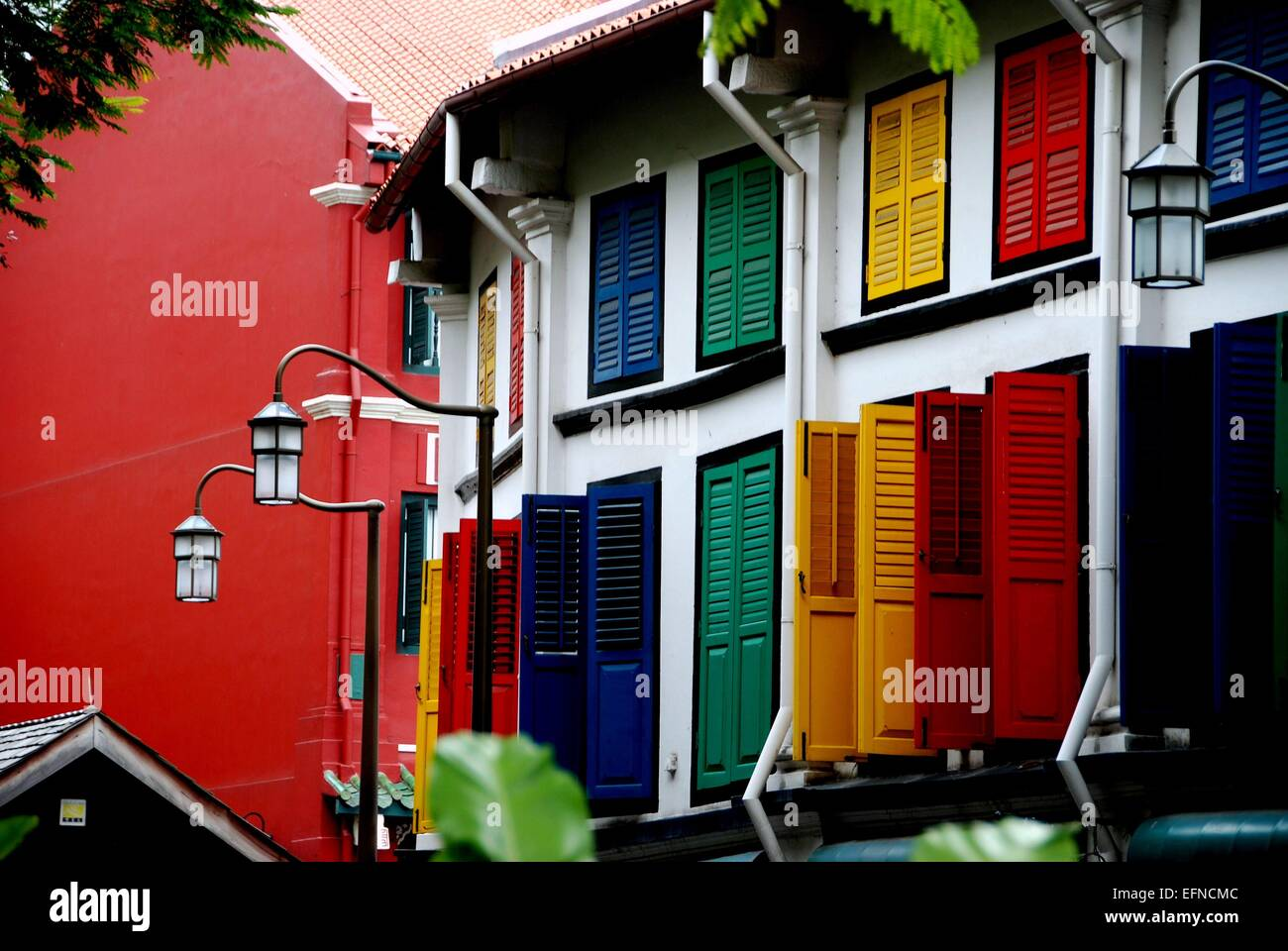 Singapore: Restored late 19th century former shop houses on Amoy Street with multi-coloured wooden shutters in Chinatown - Stock Image