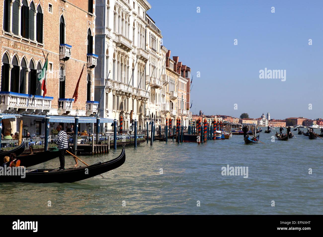 Italien Lagune Venedig Canale Grande Gondeln Touristen Haeuser Kanal Europa Sueden Stadt Stadtansicht Wohnhaeuser - Stock Image