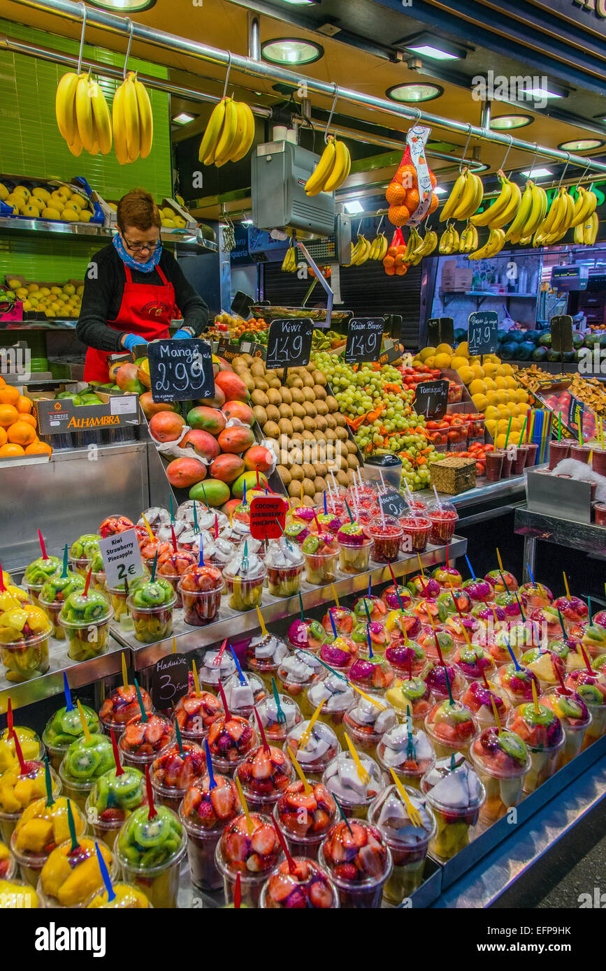 Colorful fresh fruit and juices stall, La Boqueria Market, Barcelona, Catalonia, Spain - Stock Image