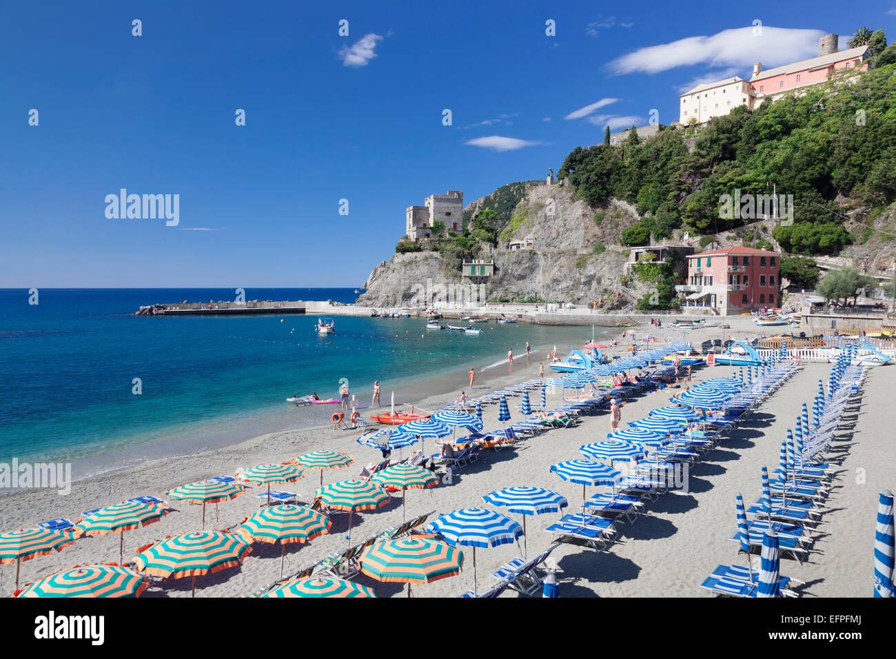 Beach with parasols and sun loungers, Monterosso al Mare, Cinque Terre, UNESCO, Riviera di Levante, Liguria, Italy - Stock Image