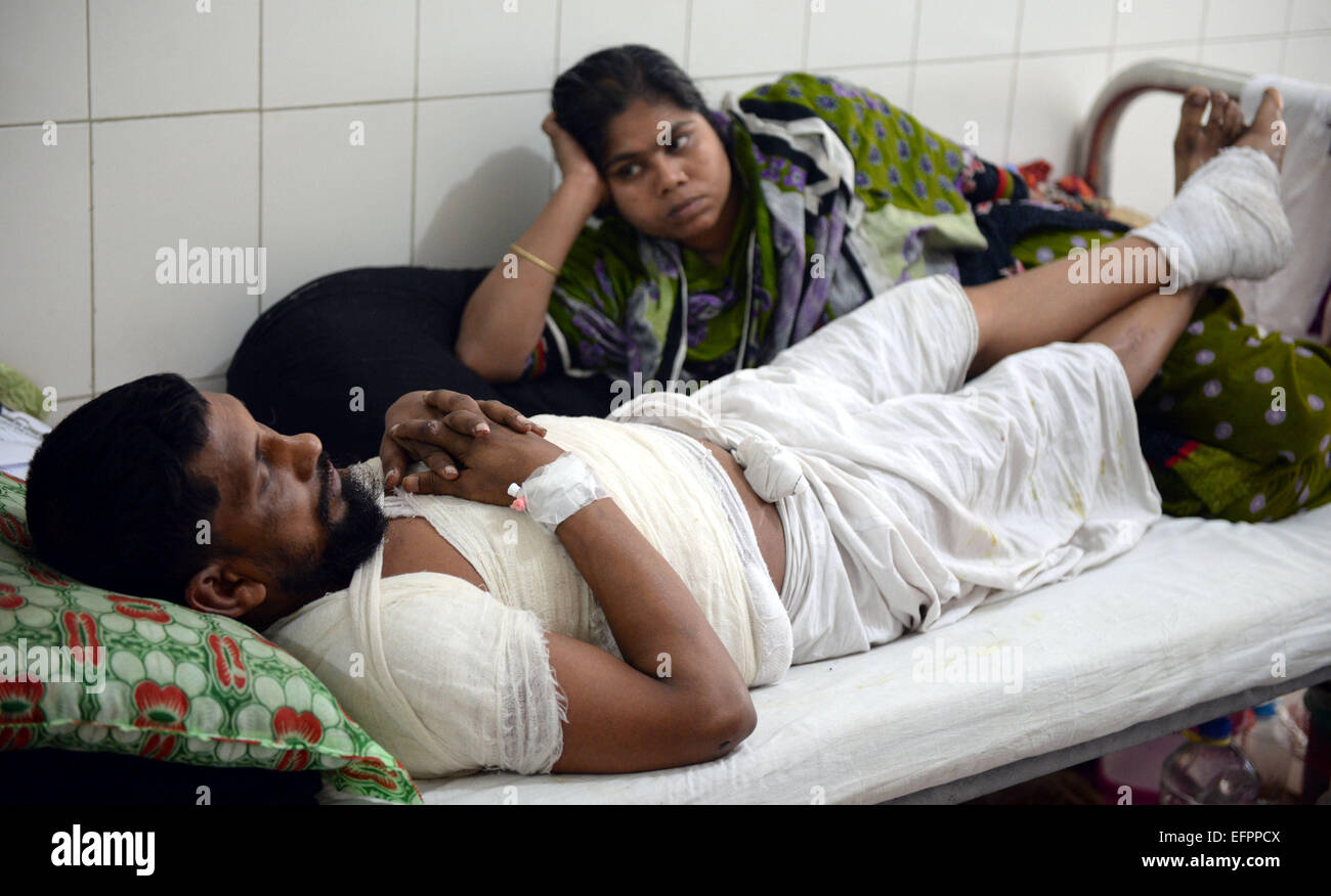 (150209) -- DHAKA, Feb. 9, 2015 (Xinhua) -- An injured man receives treatment at Dhaka Medical College Hospital - Stock Image
