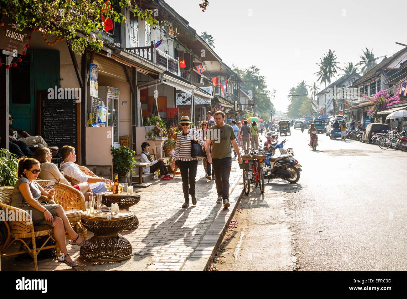 Shops and restaurants on the main street, Sisavangvong Road, Luang Prabang, Laos. - Stock Image