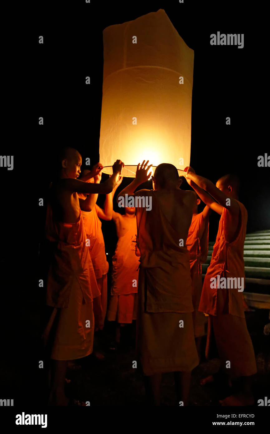 Buddhist monks releasing lanterns, Yeepeng Lanna International Lantern Festival, Lanna Dhutanka, Chiang Mai, Thailand Stock Photo
