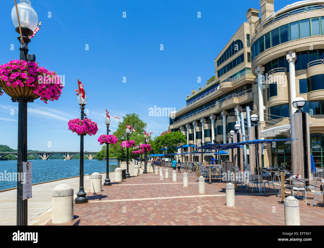 Waterfront cafes and restaurants in the Washington Harbor development, Georgetown, Washington DC, USA - Stock Image