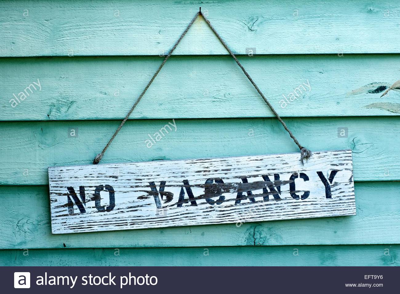 Wooden no vacancy sign - Stock Image