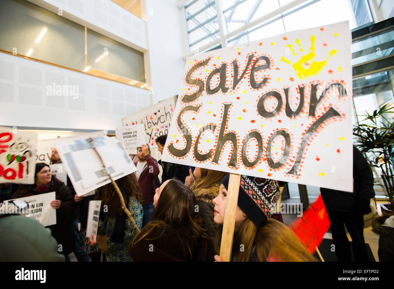Aberystwyth, Wales, UK. 10th February, 2015.  'Save our School' : Parents and children protesting at the - Stock Image