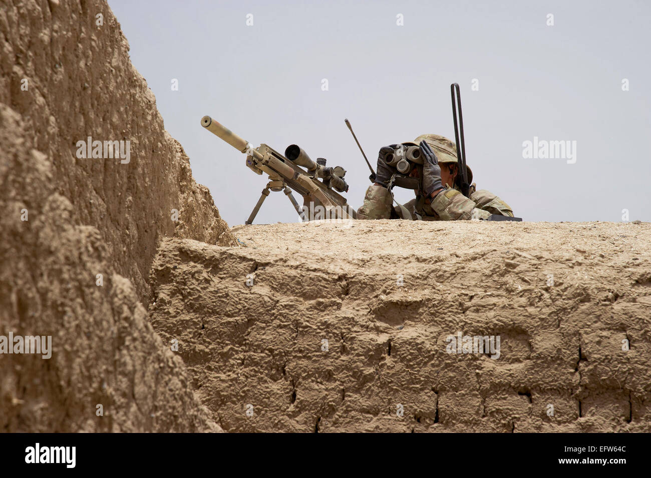 A US special forces soldier scans the horizon for insurgents during a patrol May 25, 2012 in Maiwand district, Kandahar - Stock Image
