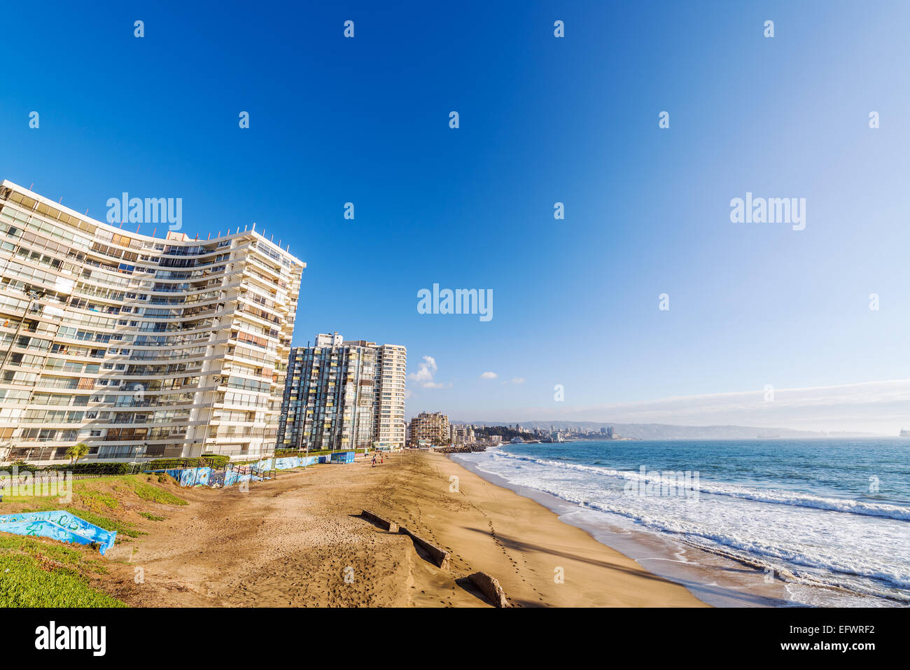 Beach and apartment buildings in Vina del Mar, Chile - Stock Image