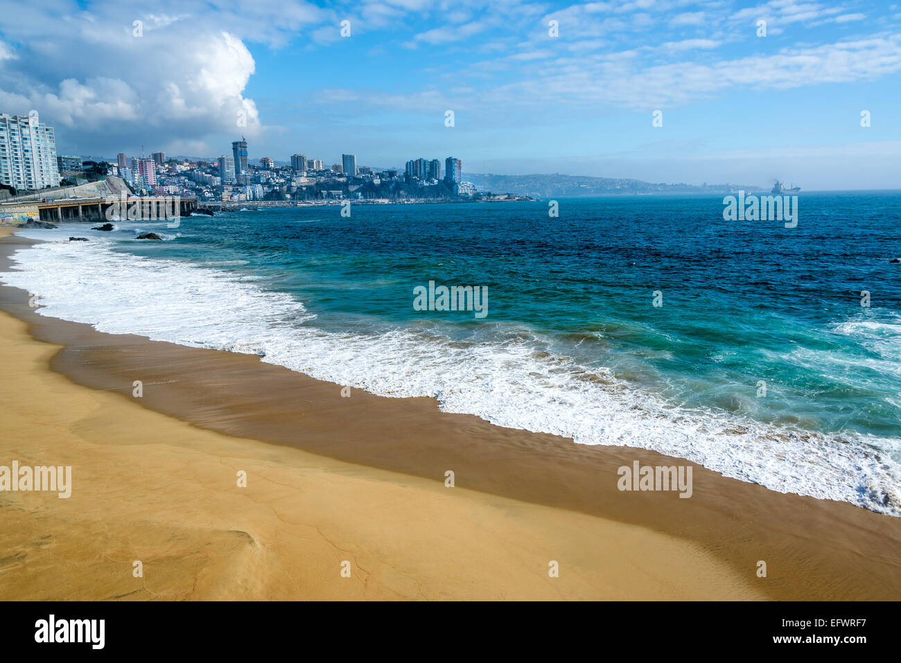 Deserted beach and beautiful turquoise Pacific Ocean water in Vina del Mar, Chile - Stock Image