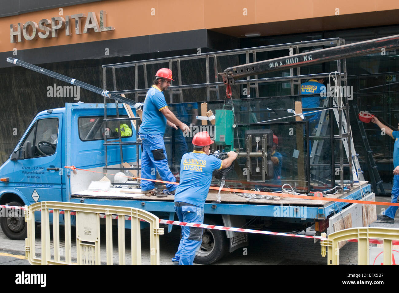 plate glass shop window windows pane panes of large big installer installation lifting working with smashed broken - Stock Image