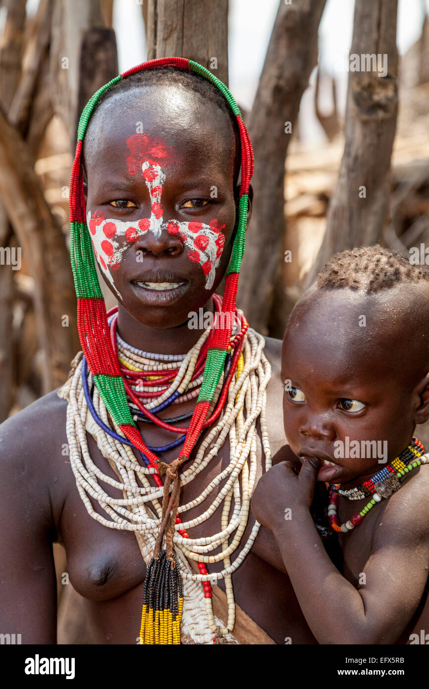 A Mother and Child From The Karo Tribe, Kolcho Village, The Lower Omo Valley, Ethiopia - Stock Image