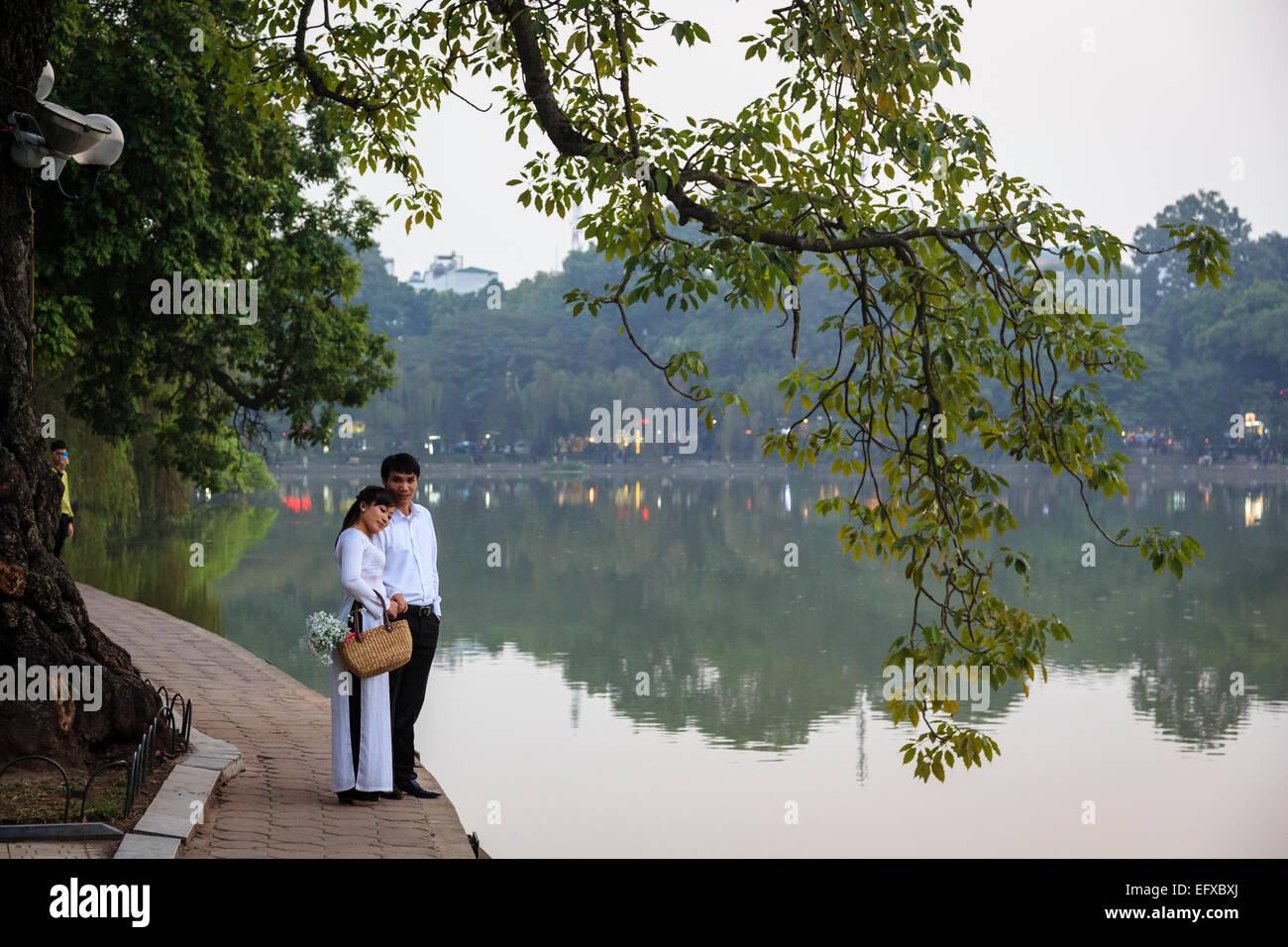 Couple at the Hoan Kiem Lake in the old quarter, Hanoi, Vietnam. - Stock Image
