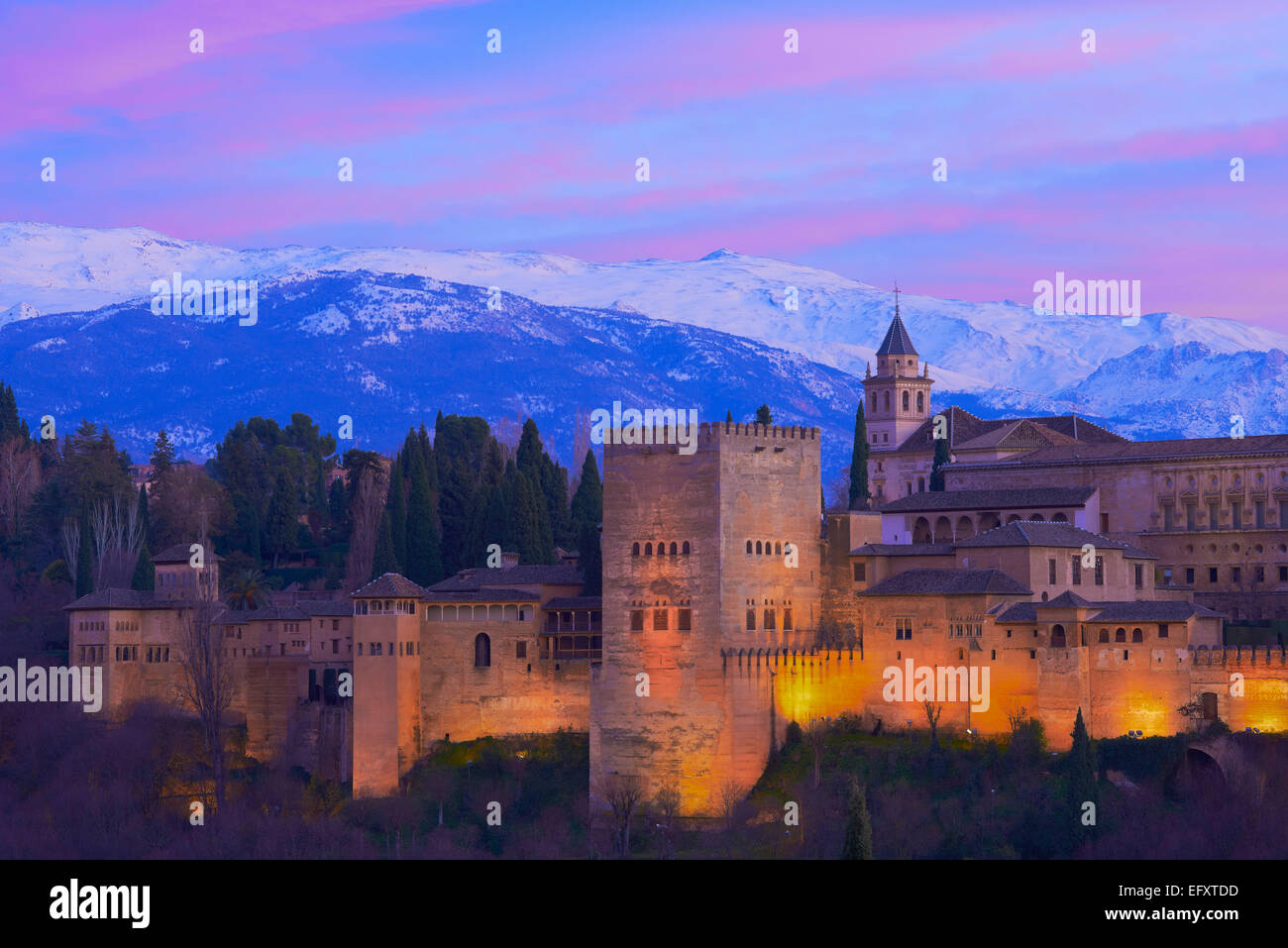Alhambra, UNESCO World Heritage Site, Sierra Nevada and la Alhambra at Dusk, Granada, Andalusia, Spain - Stock Image
