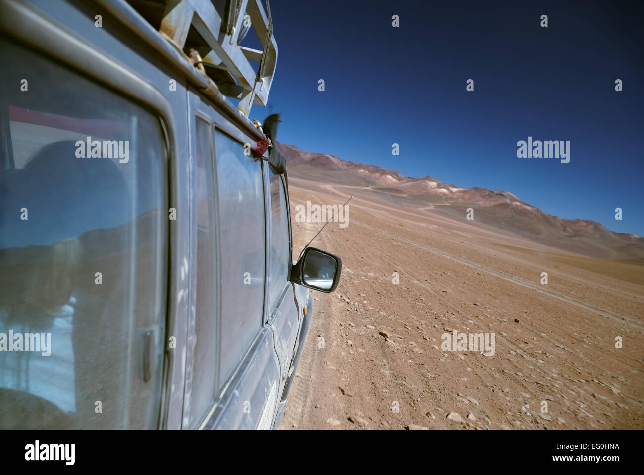 Offroad vehicle crossing bolivian desert near Salar de Uyuni - Stock Image