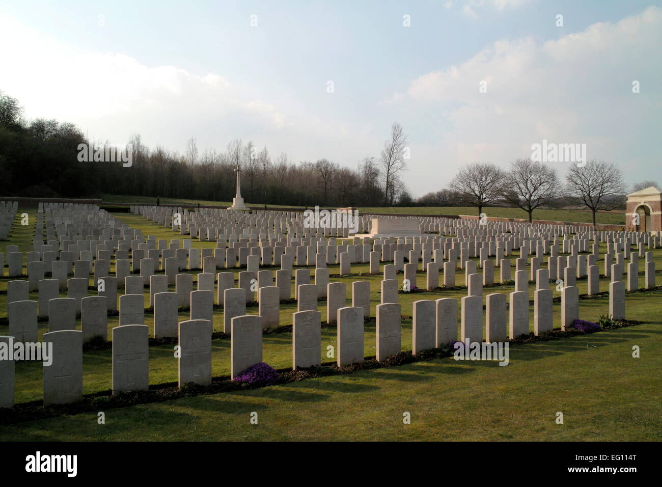 AJAXNETPHOTO. FLATIRON COPSE, SOMME, FRANCE. - WAR GRAVES - FLATIRON COPSE MILITARY CEMETERY, CONTAINS THE GRAVES - Stock Image