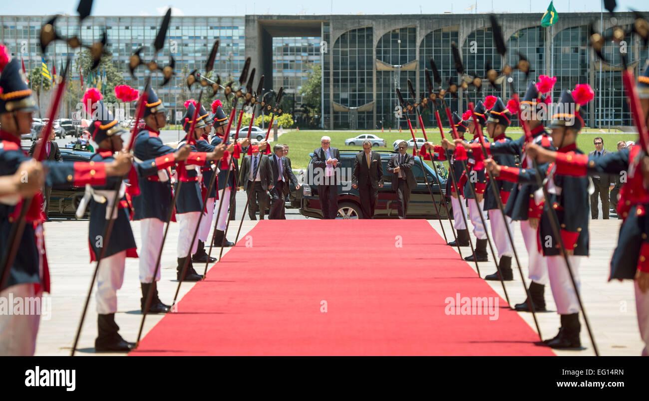 Bundesaußenminister Frank-Walter Steinmeier (l, SPD) geht am 13.02.2015 vor dem Außenministerium in Brasilia - Stock Image
