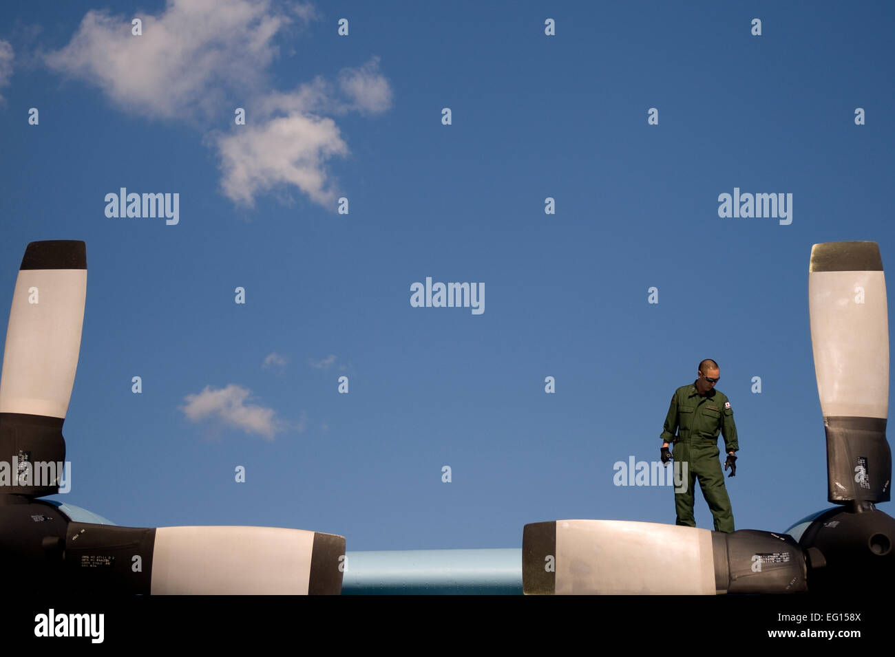 A C-130 aircrew member from the 1st Tactical Airlift Wing, 401st Squadron, Japanese Air Self Defense Force performs Stock Photo