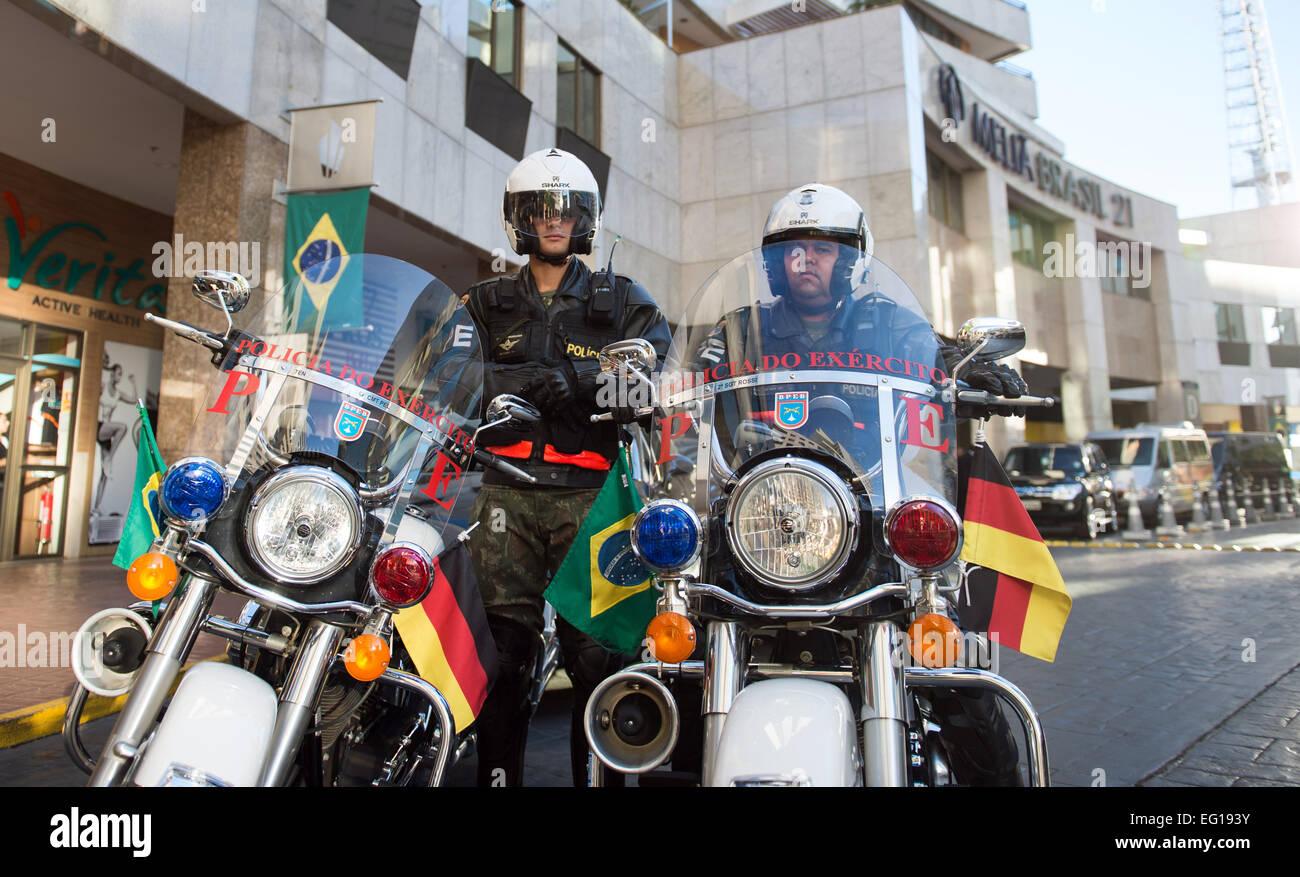 Zwei Motorradpolizisten stehen am 13.02.2015 mit ihren mit der deutschen und brasilianischen Flagge geschmückten - Stock Image