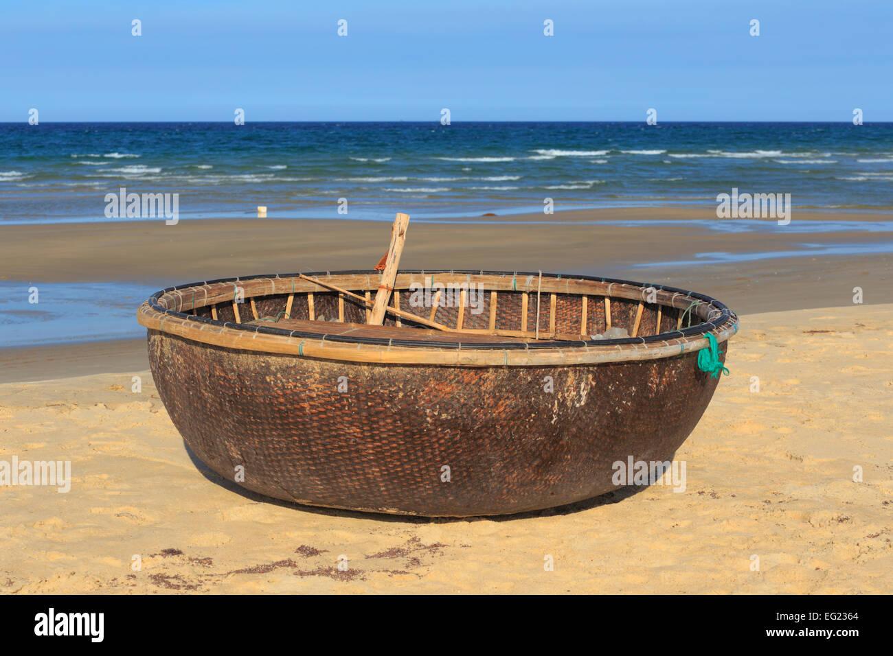 Traditional Vietnamese boat, South China Sea beach near Tam Ky, Vietnam - Stock Image