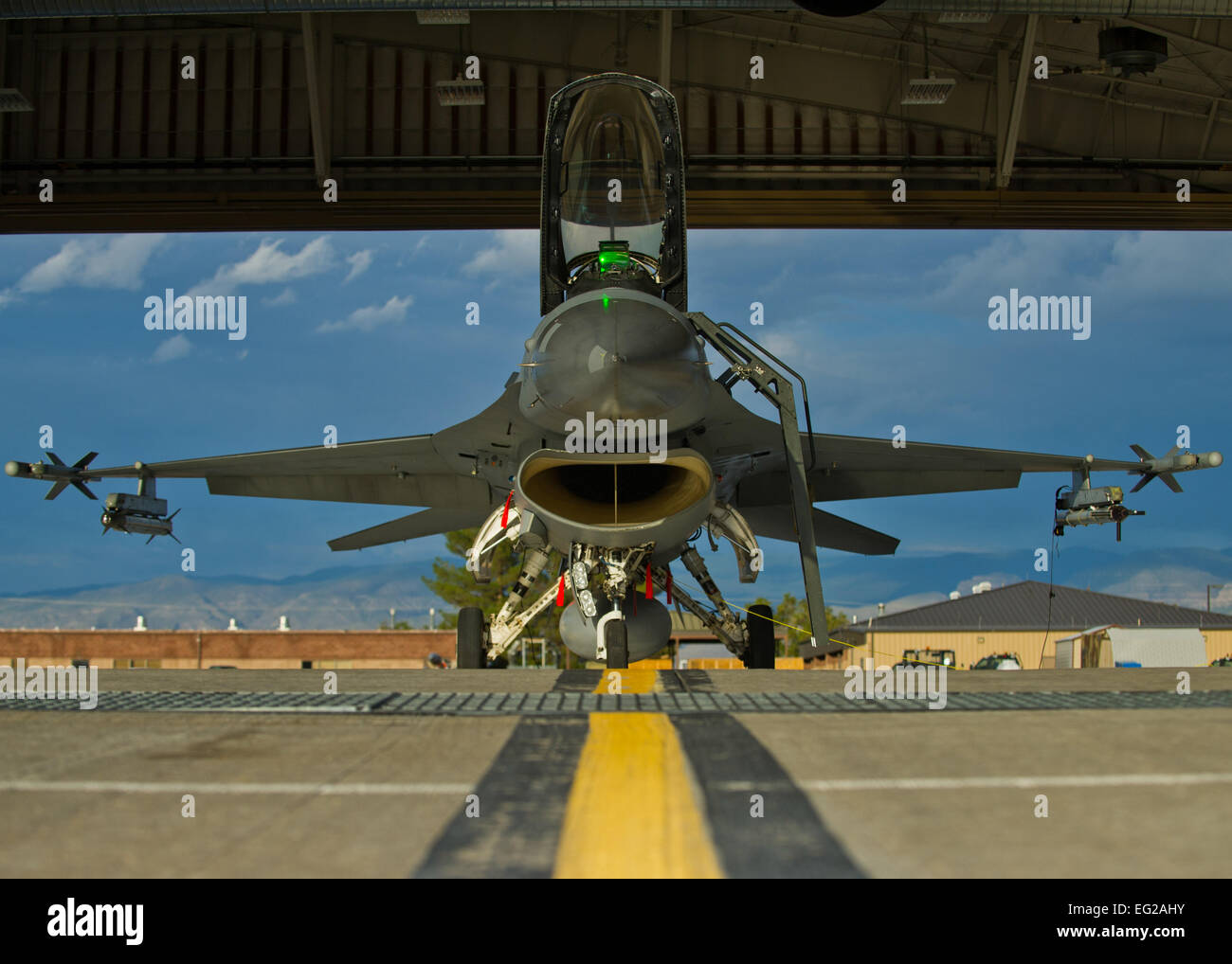 Crew members prepare an F-16 Fighting Falcon for a training sortie over the White Sands Missile Range's 10,000 - Stock Image