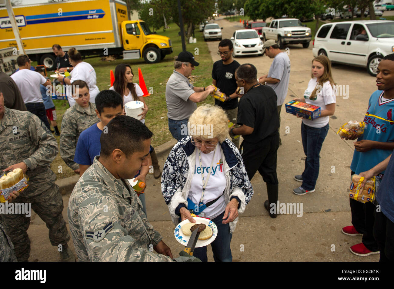 Airman 1st Class Edgar Aguilar serves food to disaster relief volunteers in Moore, Okla., May 23, 2013. Aguilar - Stock Image