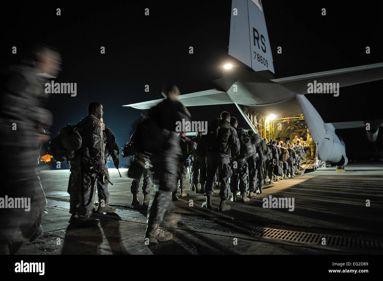 Paratroopers from the 173rd Infantry Brigade Combat Team Airborne board a C-130J Super Hercules from the 37th Airlift Stock Photo